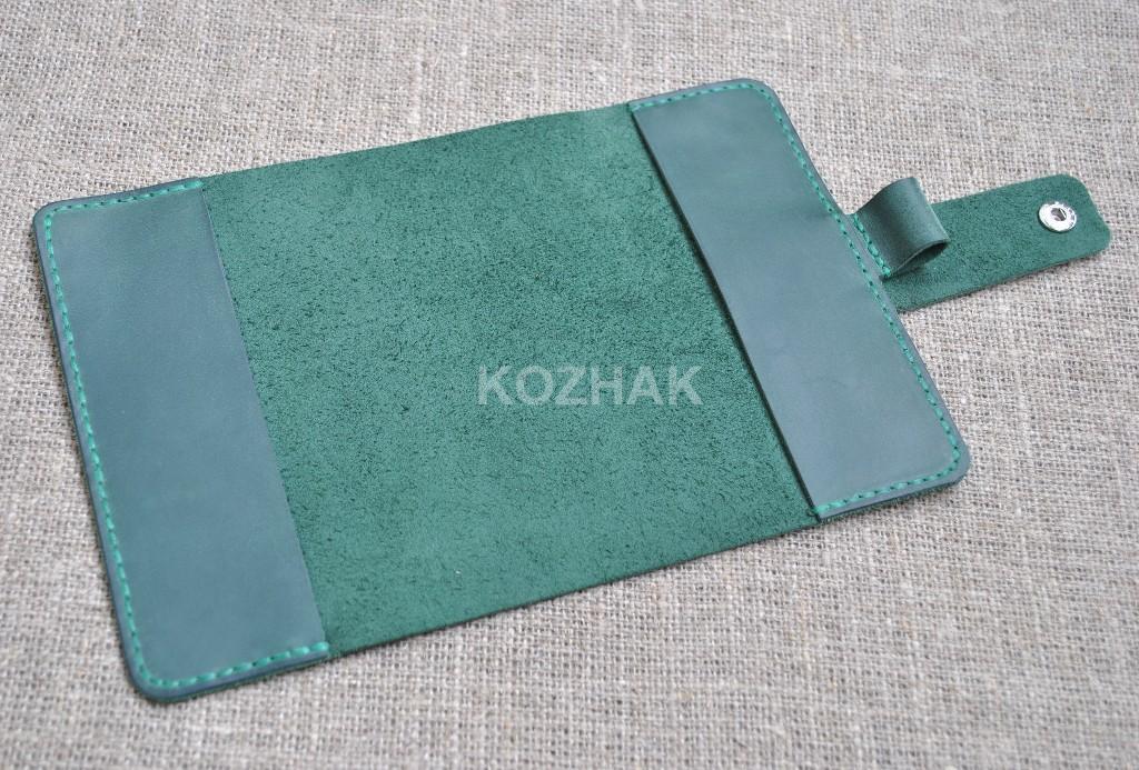 Обложка из натуральной кожи зеленого цвета