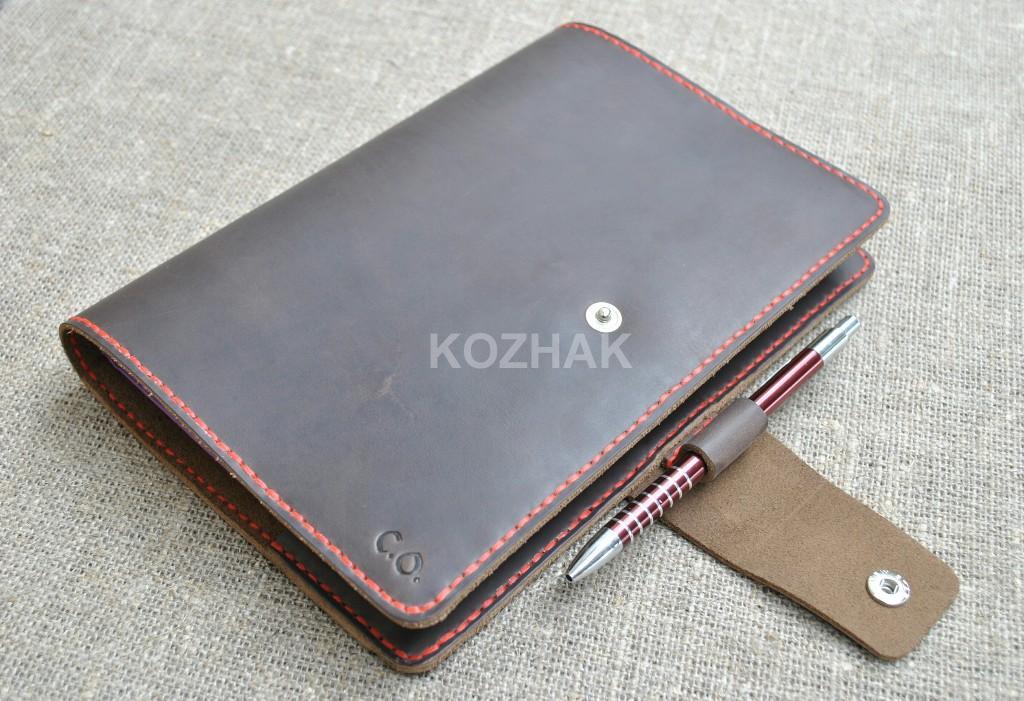 Обложка для блокнота коричневого цвета с контрастной красной нитью