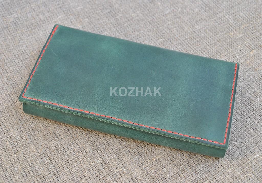 Вместительный зеленый кошелек из натуральной кожи