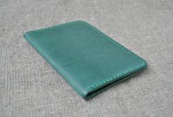 Зеленая кожаная обложка для паспорта