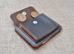 Маленький кошелек с прижимом для купюр и наружной монетницей