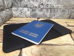Черная обложка для паспорта прошитая белой нитью