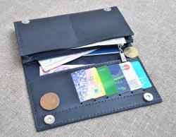 Темно-синий вместительный кошелек из натуральной кожи
