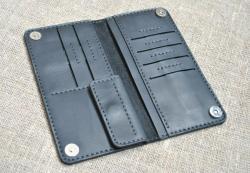 Красивый небольшой портмоне черного цвета из натуральной кожи