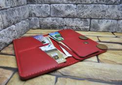 Стильный кожаный кошелек красного цвета