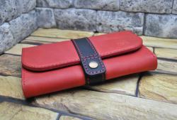 Красный кошелек с черным хлястиком