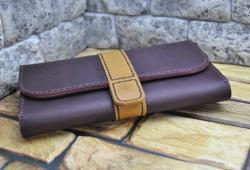 Яркий кожаный кошелек с объемными отделами