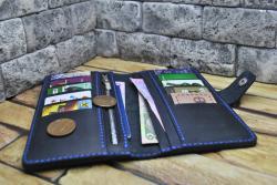 Вместительный темно-синий кошелек из кожи