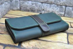 Темно-зеленый кошелек с коричневым хлястиком