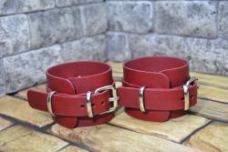 Кожаные наручники красного цвета для БДСМ игр