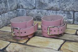 Кожаные наручники в нежном розовом цвете