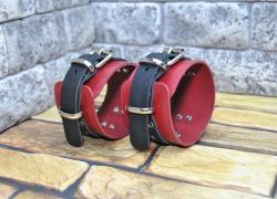 Кожаные красно-черные наручники