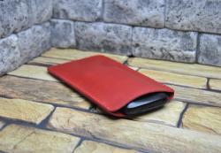 Красный кожаный чехол для смартфона